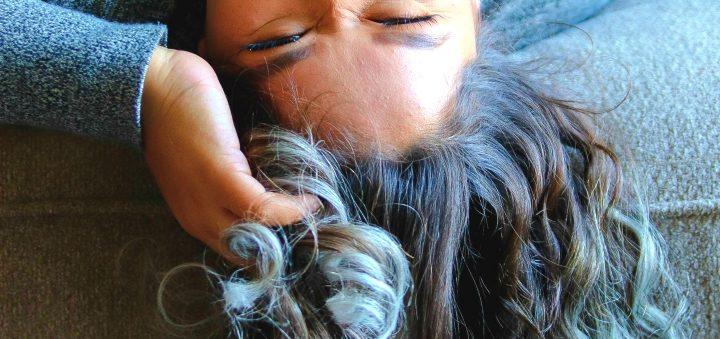 kobieta siwe wlosy
