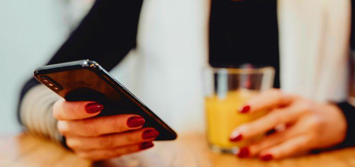 savoir-vivre telefon przy stole