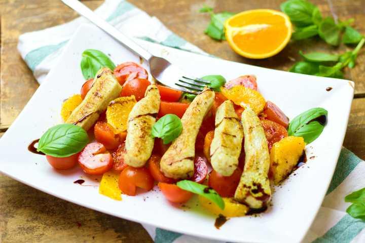 salatka z kurczakiem pomidorami i pomarancza