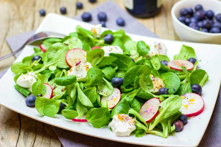 salatka z roszponka i borowkami