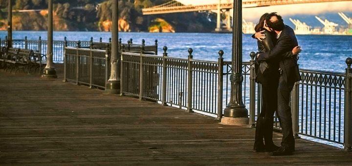 Randka z mężem pocałunek na moście