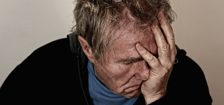 Depresja - pomoc bliskiemu, smutny mężczyzna