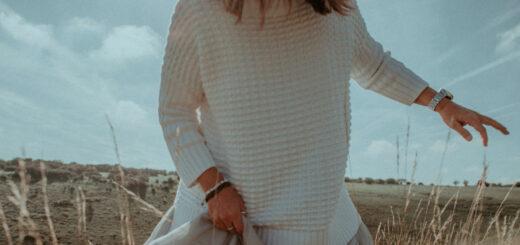 moda na jesień kobieta w swetrze