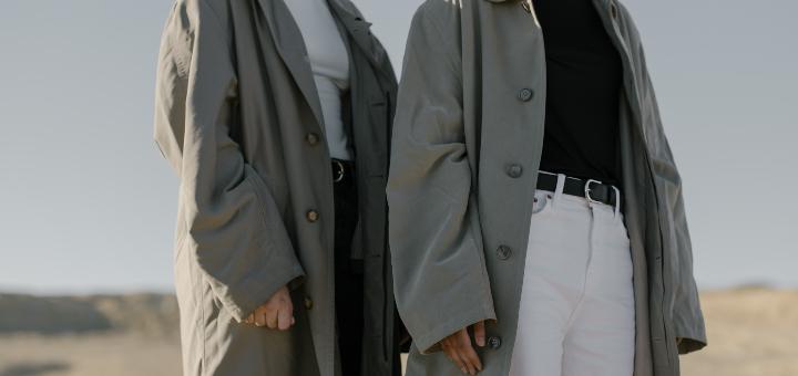 Moda na jesień kobiety w płaszczach trencz