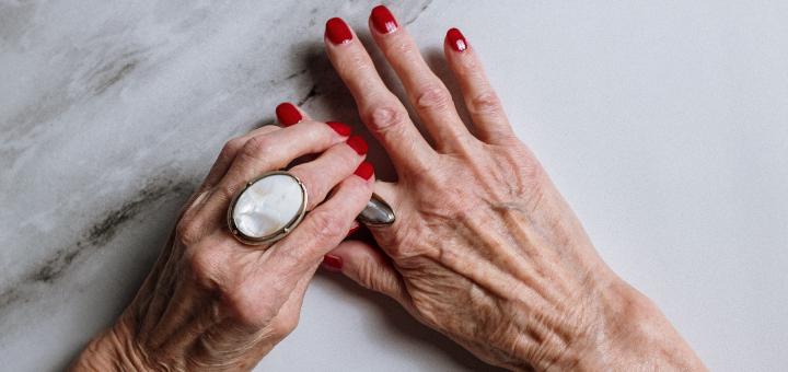 dłonie z pierścionkami