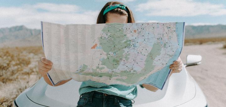 wakacje w pandemii kobieta z mapą