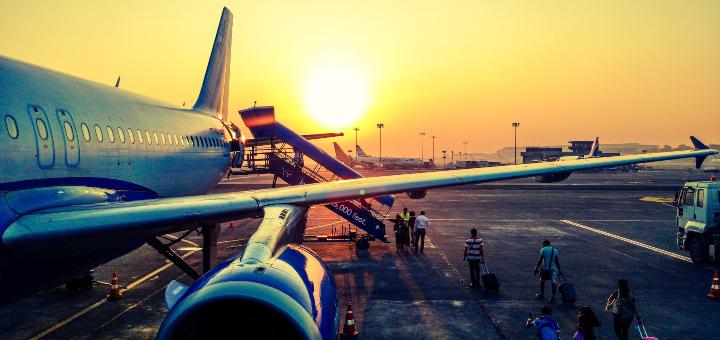 wakacje w pandemii samolot lotnisko