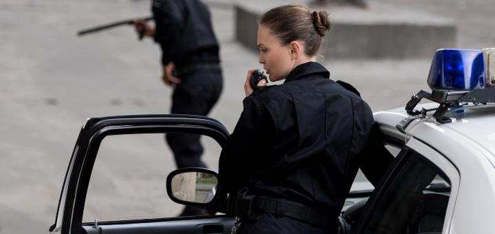 policjantki przy radiowozie
