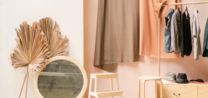 domowa garderoba z lustrem
